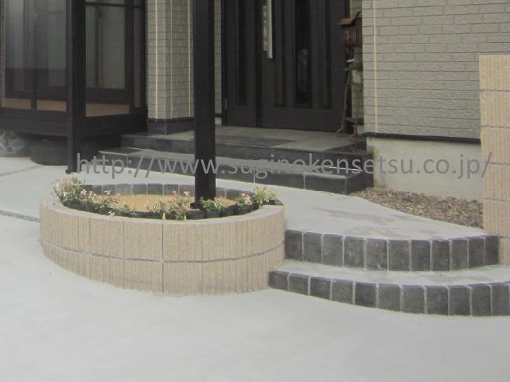 階段と、テラス柱の足元に作られた花壇