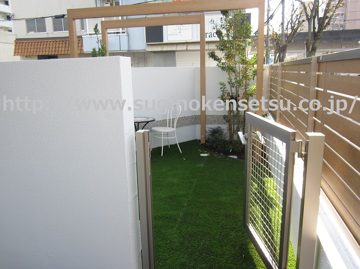 人工芝のガーデン、オープン