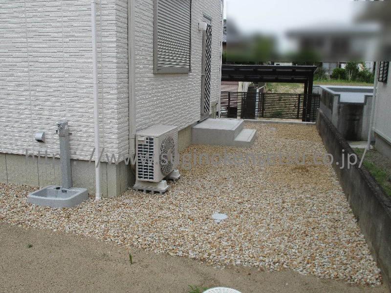 施工後 建物周り 防草シート+砂利敷き