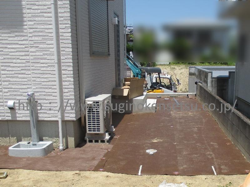 施工中 防草シート敷き