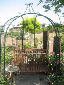 ガーデンアーチとベンチ