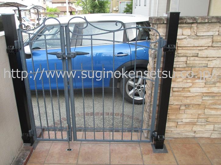 門扉柱を新たに建て、扉を再据付、玄関側から
