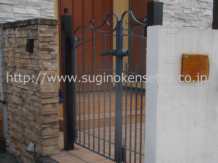 門扉柱を新たに建て、扉を再据付、門扉アップ