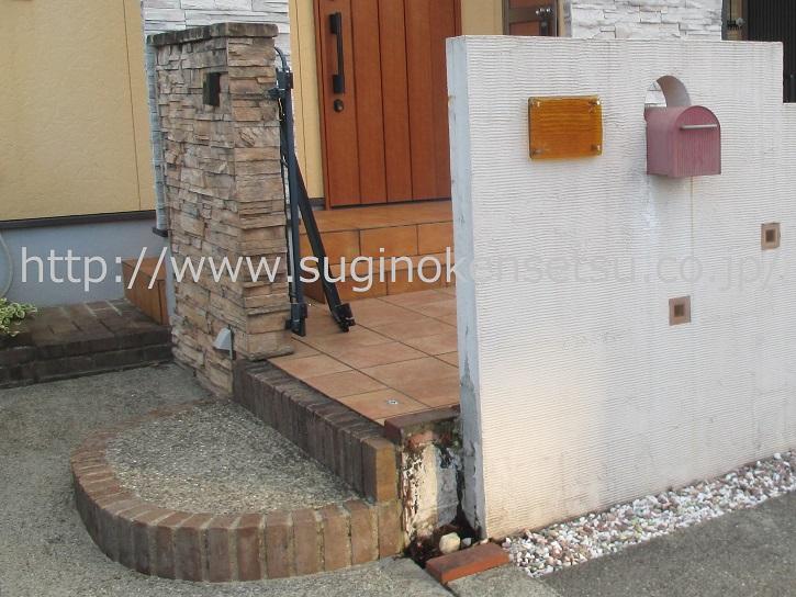 倒れてしまった門扉柱(天然枕木使用)をお客様にて撤去、施工前