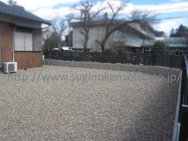 敷地内は防草シート+砂利で防草対策