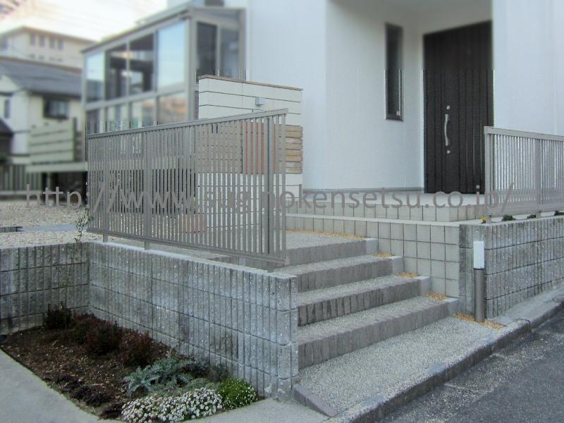施工後 ブロック上にアルミフェンス、玄関ポーチ横に門柱を設置しました