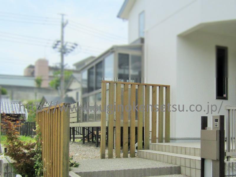 施工前 階段下に機能門柱、フェンスは木製でした