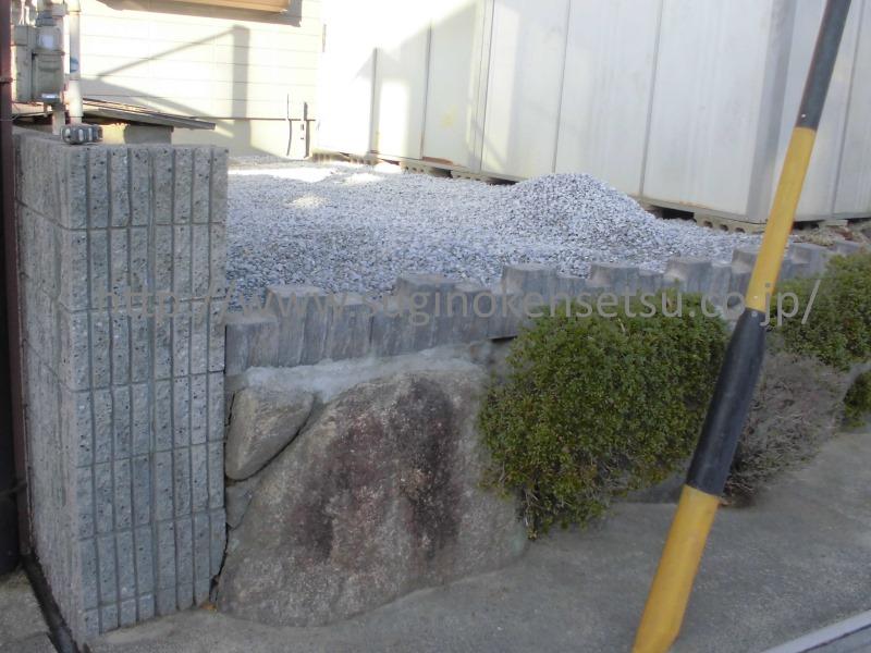 施工中 防草シートの上に砂利を敷きます